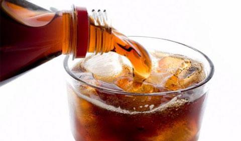 Científicos descubren relación entre el cáncer y las bebidas gaseosas.