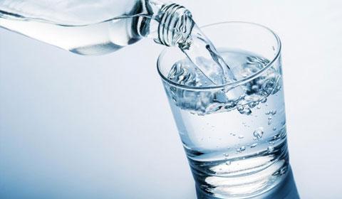 El agua supera a las bebidas deportivas